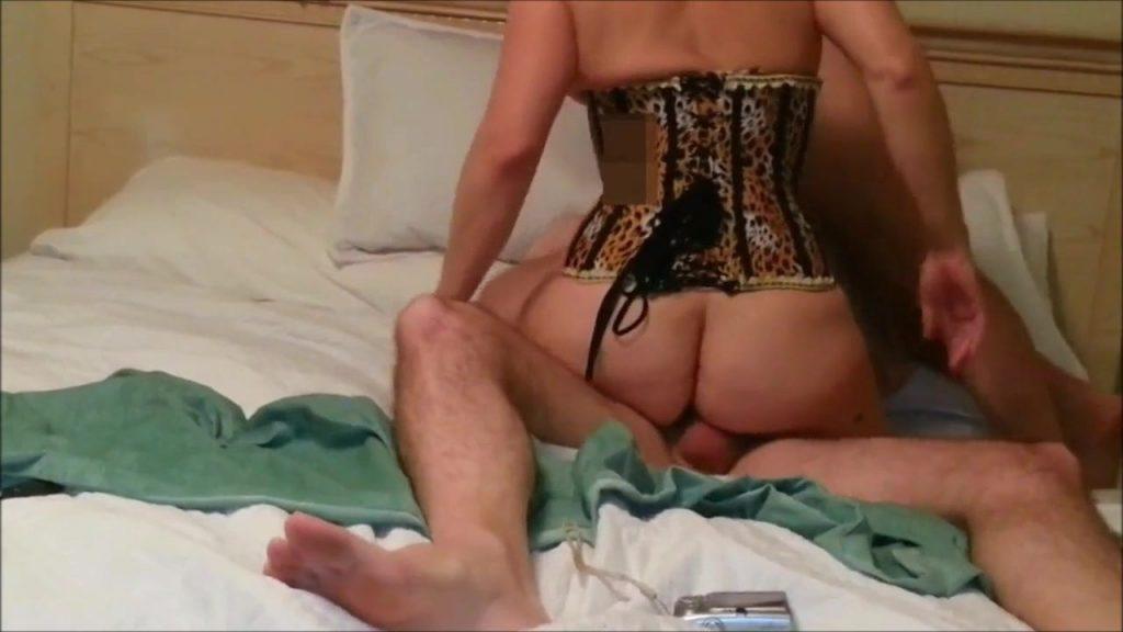 Cornudo bisexual estimulando al amante mientras se coge a la esposa